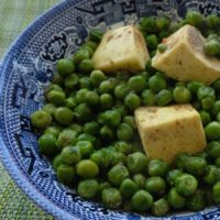 Blue willow bowl with peas and paneer